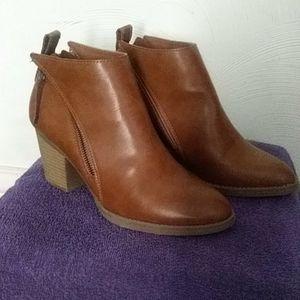 Size 9 Tan low cut boot